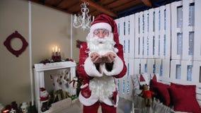 Santa Blowing Snow en sitio con la chimenea almacen de video