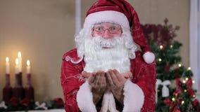 Santa Blowing Snow Indoors à l'appareil-photo, pièce avec clips vidéos