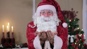 Santa Blowing Snow Indoors a la cámara, sitio con almacen de video