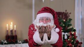 Santa Blowing Snow Indoors a la cámara, sitio con metrajes