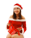 Santa bonita que amarra acima de um presente de Natal Imagens de Stock