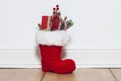 Santa Boots sul pavimento fotografie stock libere da diritti