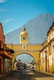 Santa Catalina Arch και ηφαίστειο Agua - Αντίγκουα, Γουατεμάλα στοκ εικόνες με δικαίωμα ελεύθερης χρήσης