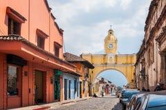 Santa Catalina Arch στο κεντρικό δρόμο στη Αντίγκουα, Γουατεμάλα στοκ εικόνες