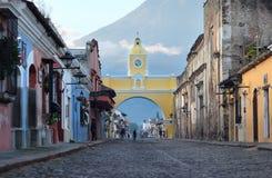Santa Catalina Arch - una delle attrazioni principali nella città dell'Antigua, Guatemala fotografia stock libera da diritti