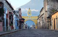 Santa Catalina Arch - une des attractions principales dans la ville de l'Antigua, Guatemala photo libre de droits