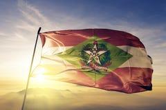 Santa Catarina-Zustand des Brasilien-Flaggentextilstoffgewebes, das auf den Spitzensonnenaufgangnebelnebel wellenartig bewegt stock abbildung