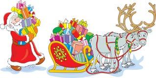 Santa charge son traîneau Image libre de droits