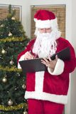 Santa che cheking la sua lista Immagine Stock