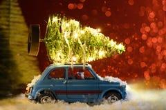 Santa che consegna l'albero del nuovo anno o di Natale immagini stock libere da diritti