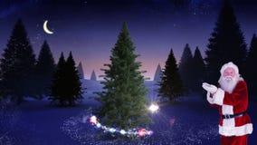 Santa che fa un albero di Natale magico compare stock footage