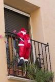 Santa che scala in una casa Fotografia Stock Libera da Diritti