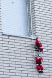 Santa che scala in una casa Fotografie Stock Libere da Diritti