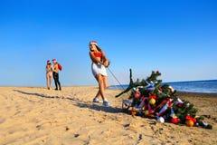 Santa che tira l'albero di Natale Fotografia Stock Libera da Diritti