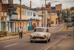 Santa Clara, Куба: винтажные автомобили на дороге в улице в городе революции Santa Clara Кубы Стоковое Изображение RF
