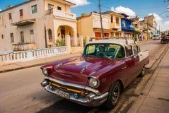 Santa Clara, Куба: винтажные автомобили на дороге в улице в городе революции Santa Clara Кубы Стоковые Фото