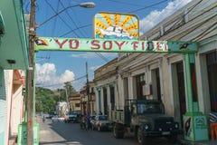 Santa Clara, Куба, 5-ое января 2017: Политическое знамя на улице в Santa Clara, Кубе стоковое изображение rf