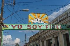 Santa Clara, Куба, 5-ое января 2017: Политическое знамя на улице в Santa Clara, Кубе стоковая фотография
