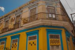 SANTA CLARA, КУБА: Торговец улицы на улице в городе Santa Clara Кубе революции Колониальные здания Стоковое Фото