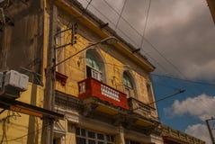 SANTA CLARA, КУБА: Торговец улицы на улице в городе Santa Clara Кубе революции Колониальные здания Стоковое фото RF