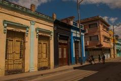 SANTA CLARA, КУБА: Торговец улицы на улице в городе Santa Clara Кубе революции Колониальные здания Стоковые Фотографии RF