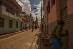 SANTA CLARA, КУБА: Торговец улицы на улице в городе Santa Clara Кубе революции Колониальные здания Стоковая Фотография RF