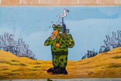 SANTA CLARA, CUBA - 13 DE FEBRERO DE 2016: Mural anti de la guerra en Santa Clara, Cu fotografía de archivo