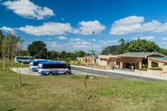 SANTA CLARA, CUBA - 13 DE FEVEREIRO DE 2016: Ônibus de excursão em um parque de estacionamento do monumento de Che Guevara em San foto de stock royalty free