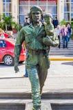 SANTA CLARA, CUBA - 13 DE FEVEREIRO DE 2016: Estátua de Che Guevara na frente do Comitee provincial do partido comunista em Santa imagem de stock