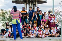 SANTA CLARA, CUBA - 13 DE FEVEREIRO DE 2016: Excursão da turma escolar ao monumento de Che Guevara no monte de Loma del Capiro em fotos de stock royalty free