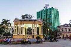 SANTA CLARA, CUBA - 13 DE FEVEREIRO DE 2016: Quadrado de Parque Vidal no centro de Santa Clara, Cub fotografia de stock