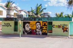 SANTA CLARA, CUBA - 13 DE FEVEREIRO DE 2016: Vista das pinturas murais em Santa Clara, Cuba Diz: Sempre à vitória Eu seguirei imagens de stock