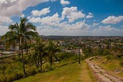 Santa Clara, Cuba: La visión desde la colina de la ciudad Pasos de progresión que van abajo Foto de archivo libre de regalías