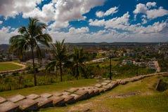 Santa Clara, Cuba: La visión desde la colina de la ciudad Pasos de progresión que van abajo Imagenes de archivo