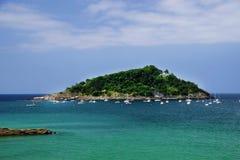 Santa Clara Island, wordt gevestigd in La Concha Bay in San Sebastian, Spanje royalty-vrije stock foto's