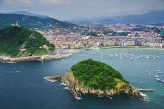 Santa Clara Island, wordt gevestigd in La Concha Bay in San Sebastian, Spanje stock foto's