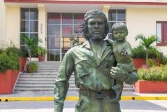 SANTA CLARA KUBA - APRIL 10: staty av Guevara med ett barn in Arkivfoton