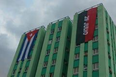Santa Clara, Kuba, Styczeń 5, 2017: Kubańczyk i przyjęcie zaznaczamy na budynku w Santa Clara obraz royalty free