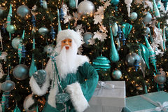 Santa Claus à un arbre de Noël images libres de droits
