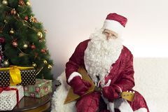 Santa Claus är förlovad i musik royaltyfri foto