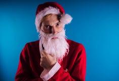 Santa Claus émotive sur un fond bleu Le concept de mauvaise Santa Claus Bonne année et Joyeux Noël ! photos stock