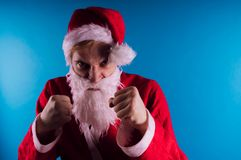 Santa Claus émotive sur un fond bleu Le concept de mauvaise Santa Claus Bonne année et Joyeux Noël ! image stock