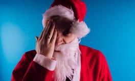 Santa Claus émotive sur un fond bleu Le concept de mauvaise Santa Claus Bonne année et Joyeux Noël ! images stock
