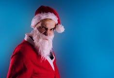 Santa Claus émotive sur un fond bleu Le concept de mauvaise Santa Claus Bonne année et Joyeux Noël ! photo stock