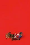 Santa Claus önskar dig glad jul på röd bakgrund Arkivbilder