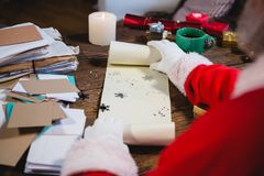 Santa Claus öppningssnirkel med snöflingor Royaltyfri Foto