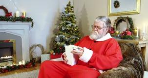 Santa Claus łasowania popkorn podczas gdy oglądający telewizję zdjęcie wideo