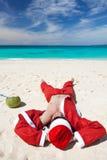 Santa Claus на пляже ослабляя Стоковое Изображение RF
