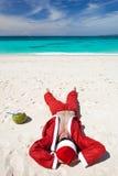 Santa Claus на пляже ослабляя Стоковые Фото