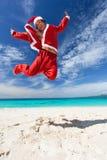 Santa Claus скачет на пляж Стоковое Изображение RF